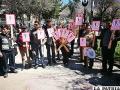 Los dirigentes vecinales y jóvenes de la Fedjuve portando el cartel de no arrojar basura en la calle
