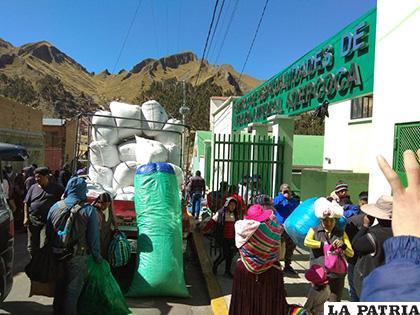 Cocaleros, afines al Gobierno, convirtieron el Centro de Salud de Adepcoca en centro de acopio /ANF