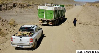 Camino de tierra no contrasta con la planta de cemento más grande de Sudamérica /LA PATRIA