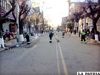Funcionarios de EMAO barriendo la ruta del desfile /LA PATRIA /TANIA SANTIVÁ�?EZ CHAC�?N