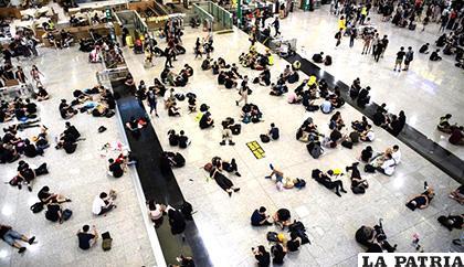 Los manifestantes ocupan el aeropuerto internacional Chek Lap Kok de Hong Kong /EFE/EPA/LAUREL CHOR