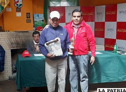 José Luis Choque (izquierda) fue el ganador del noveno torneo de golf /Cortesía Rodrigo Valdivia