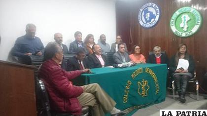 Representantes del Colegio Médico de Bolivia y la Conasa /LOS TIEMPOS