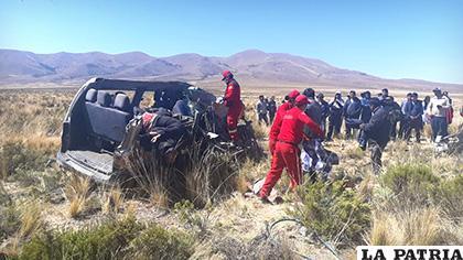 Personal de Bomberos tuvo dificultades para sacar los cuerpos atrapados en el