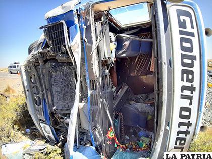 El parabrisas del camión se rompió al volcarse /LA PATRIA