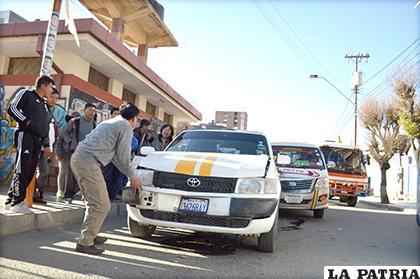 El taxi quedó muy averiado por el impacto /LA PATRIA