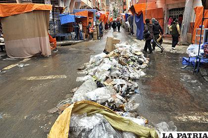 Los comerciantes generan gran cantidad de basura en la urbe /LA PATRIA /ARCHIVO