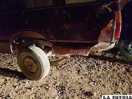 La camioneta sufrió daños en la parte posterior izquierda /LA PATRIA
