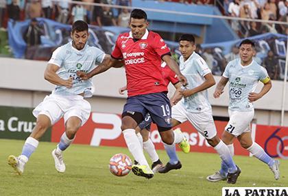 Gilbert Álvarez domina el balón, al final anotó dos goles /APG