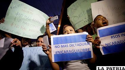 Protestas en Nicaragua con letreros /DW