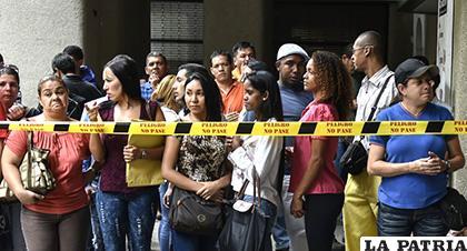 Venezolanos en la fila a la espera del consulado de Chile para poder ingresar a su país y residir en este país de forma regular /EL NUEVO DIARIO