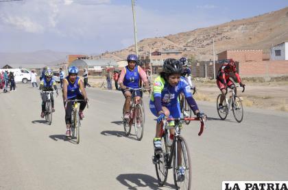 Los ciclistas se capacitan a través de las plataformas virtuales /LA PATRIA /archivo
