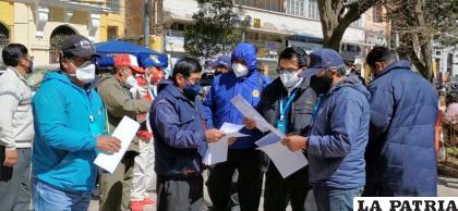 Los chóferes se reunieron en la Plaza 10 de Febrero para hacer conocer su postura /LA PATRIA