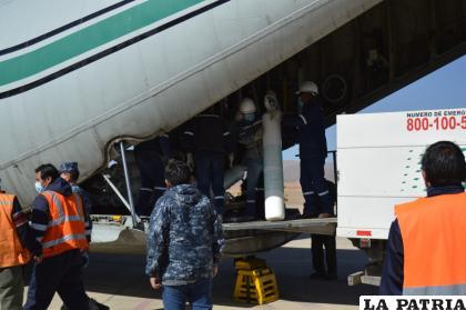 El 30 por ciento del total de oxígeno que llega en cada puente aéreo a Oruro, lo paga la CNS /LA PATRIA