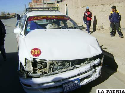 El taxi quedó con serios daños en el capó