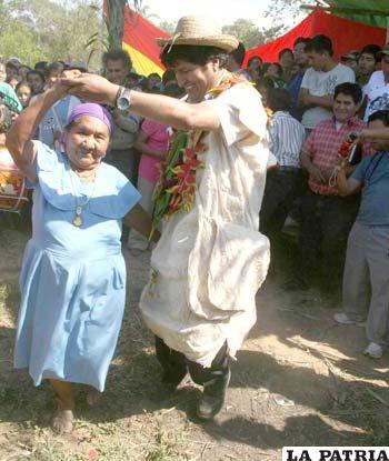 Evo bailando con algunos indígenas del Tipnis, tras reunión con dirigentes del sector