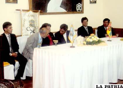 Dirigentes e invitados especiales durante el acto de aniversario