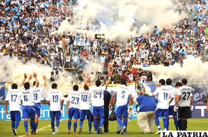 """Los jugadores de San José celebran la victoria ante la numerosa hinchada que se dio cita en el """"Félix Capriles"""" (foto: APG)"""