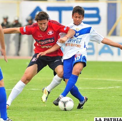 Marcelo Gomes intenta dominar el balón (foto: APG)
