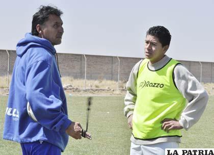 El D.T. Marco Ferrufino y el goleador de la Liga, Carlos Saucedo conversan después de la práctica