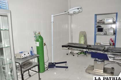 Pabellón de Quemados con insumos y equipos para el quirófano
