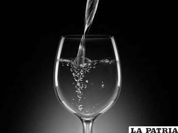 COPA PARA EL AGUA. Está ubicada al lado izquierdo, es la copa de mayor tamaño y tiene una forma abombada, nunca debe ser llenada en su totalidad y debe ser servida cuando los invitados tomen su lugar en la mesa.