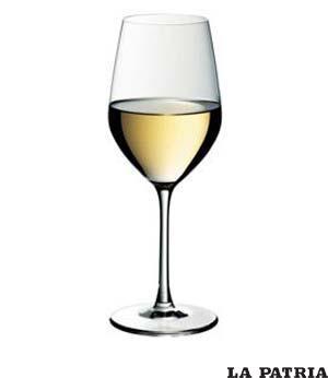 COPA DE VINO BLANCO. De tamaño más pequeño que la copa de vino tinto, solo debe ser servido el vino blanco si en el menú están incluidos los mariscos o pescados, caso contrario no es necesaria esta copa en nuestra mesa.