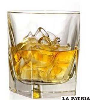 VASO DE WHISKY. Vaso achatado, normalmente es indispensable en los eventos ya que es una bebida fina que puede ser acomodada para cualquier celebración