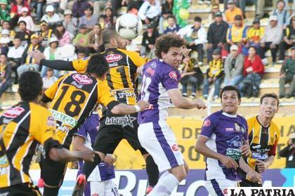 Una acción del partido que se disputó en Potosí (foto: APG)