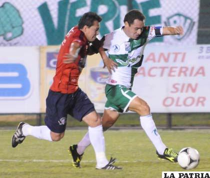 Suárez y Mojica disputan el balón (foto: APG)