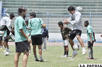 Saucedo con el balón en el entrenamiento de San José