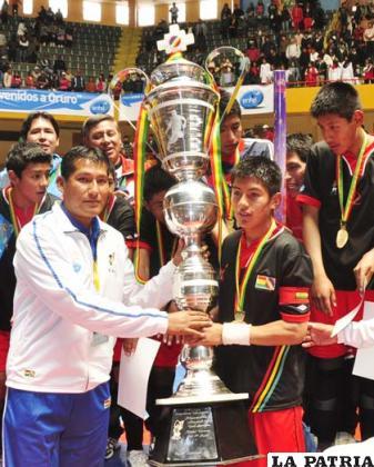 Erwin Saavedra recibió el trofeo de campeón