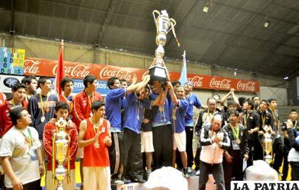 Urkupiña con el trofeo de campeón, La Salle medalla de plata y España con la de bronce