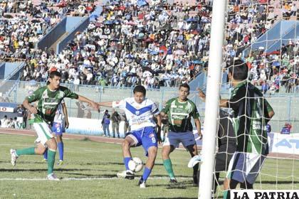 "Carlos Saucedo anota el tercer gol ""santo"""