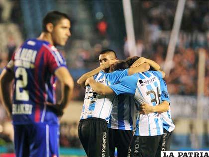 Celebran los jugadores de Racing por la victoria ante San Lorenzo (foto: foxsportsla.com)