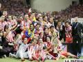 El equipo de Atlético de Madrid con el trofeo de campeón de la Supercopa de Europa (foto: foxsportsla.com)