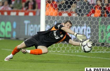 Casillas mide 1,85 contrario a López que es titular 1,96