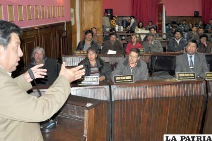 El historiador, Jesús Elías explica al auditorio sobre el Himno a Oruro