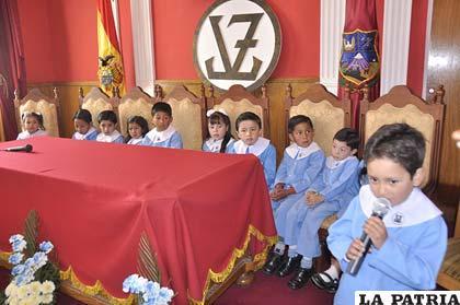 Niños en conferencia de prensa