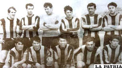 La última formación de The Strongest entes del accidente: Marchetti, Porta, Cáceres, Durán, Franco y Arrigó (de pie); Díaz, Flores, Tapia, Farfán y Torrico (cuclillas)