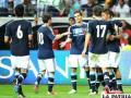 Messi saluda a sus compañeros de equipo