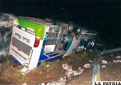 El bus que transportaba a los turistas quedó inservible