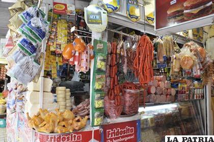 Venta de embutidos en el interior del mercado Campero