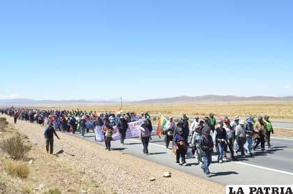 Los marchistas en el segundo día rumbo a Sica Sica