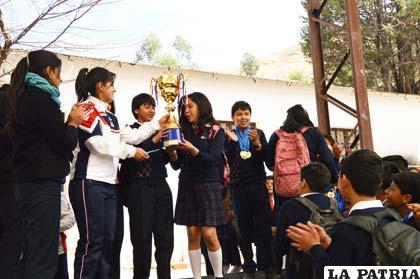 Los de segundo de secundaria reciben el trofeo