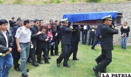 Enterraron restos de periodista y de cadete que murieron for Cementerio jardin la paz bolivia