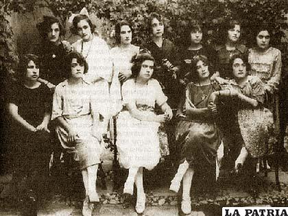 Su madre doña Becha (sentada penúltima de la derecha) junto a sus amigas
