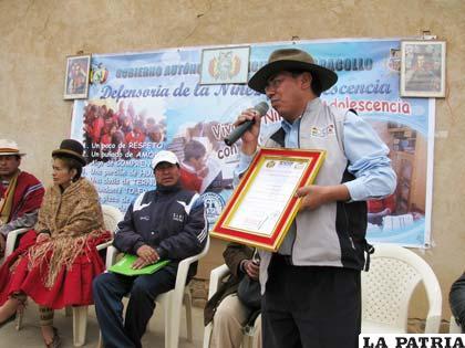 Autoridades de Caracollo recibieron acta que declara municipio libre de indocumentados