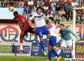 Andaveris y Bustamante en la disputa del balón