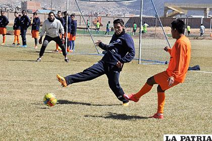 Durante la práctica de fútbol del equipo